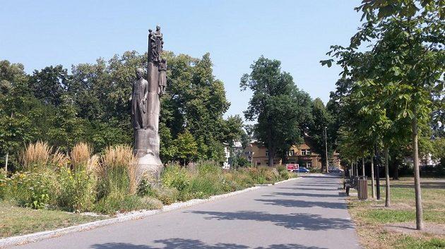 Bedřich Smetana obhlíží z podstavce své olomoucké sady.