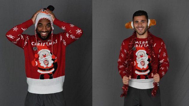 Lacazette a Kolašinac ve vánočních svetrech se Santa Clausem a logem Arsenalu.