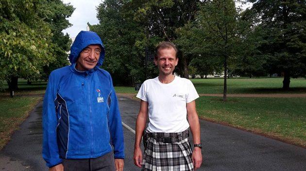 Železný Štefan Krč (vlevo) si při běhání našel chvilku pro fotografa.