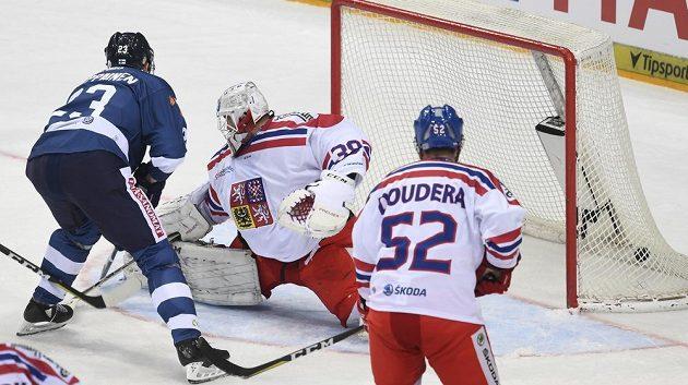 Finský útočník Joonas Kemppainen překonává Dominka Furcha v brance českého týmu. Vpravo obránce Milan Doudera.