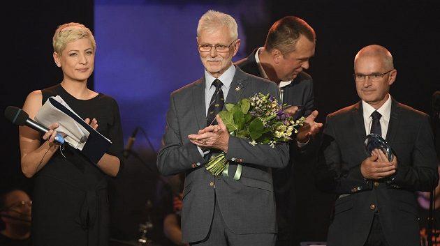 Ján Húska (uprostřed) vstoupil do Síně slávy při vyhlášení ankety o nejlepšího českého biatlonistu sezony 2018/19.