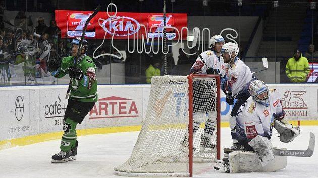 Michal Vondrka z Mladé Boleslavi (vlevo) se raduje z gólu, vpravo je brankar Kladna Denis Godla.