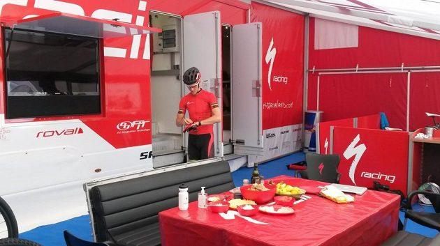 Jaroslav Kulhavý v zázemí týmu Specialized Racing v Novém Městě na Moravě.