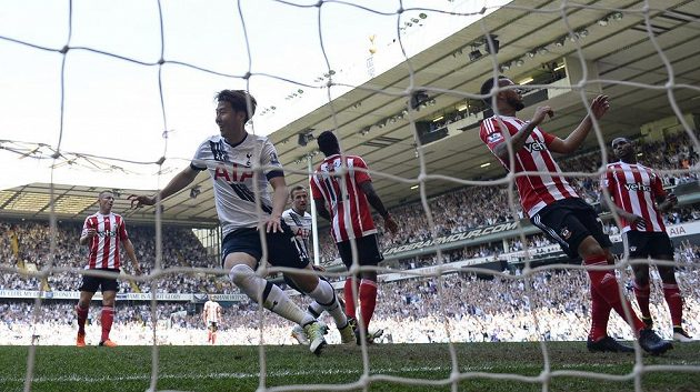 Korejec Son Hung-min z Tottenhamu oslavuje branku do sítě Southamptonu.