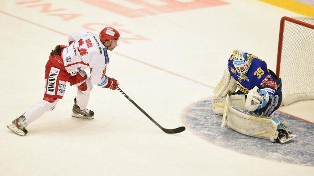 Třinecký útočník Zbyněk Irgl před zlínským brankářem Liborem Kašíkem v zápase 22. kola hokejové Tipsport extraligy.