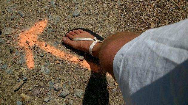 Téměř bosá, téměř indiánská noha.