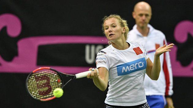 Kapitán českého týmu Petr Pála sleduje tenistku Kateřinu Siniakovou při tréninku.