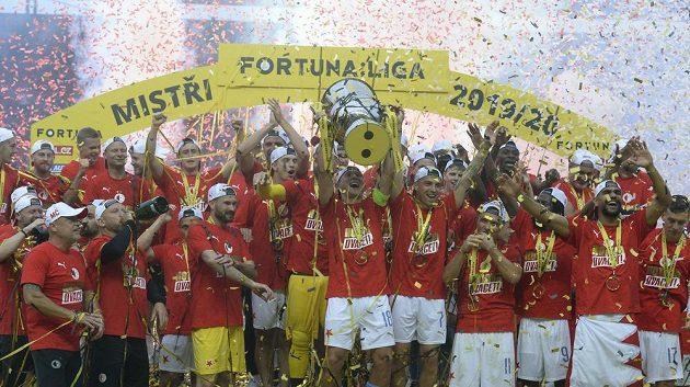 Hráči Slavie slaví po zápase ligový titul.