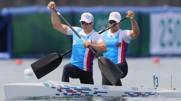 Martin a Petr Fuksovi během své olympijské premiéry v kategorii C2 na OH v Tokiu.