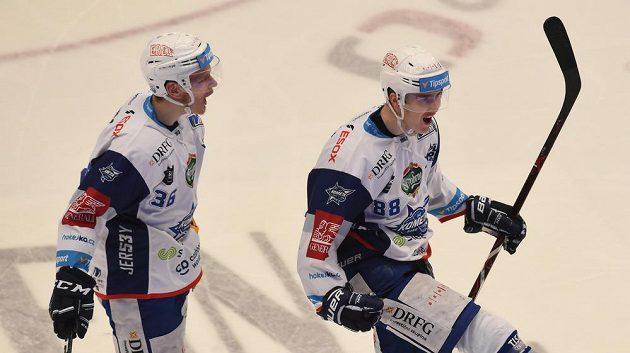 Brněnský útočník Martin Nečas (vpravo) se raduje se svým spoluhráčem Jakubem Krejčíkem ze vstřeleného gólu na ledě Třince.