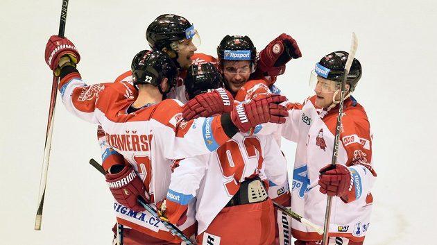 Hráči Olomouce se radují z prvního gólu v duelu s brněnskou Kometou.