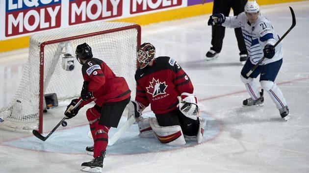 Zleva Jason Demers z Kanady se pokouší srazit puk, který podruhé míří do kanadské branky. Přihlížejí brankář kanadské reprezentace Chad Johnson a Antoine Roussel z Francie.