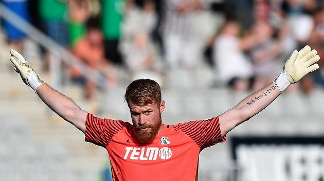Brankář Jablonce Vlastimil Hrubý se raduje z druhého gólu proti Karviné.