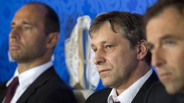 Josef Jandač (uprostřed), generální manažer Martin Ručinský (vlevo) a asistent Milan Hnilička.