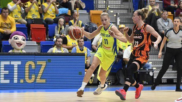 Zleva Kateřina Zeithammerová z USK Praha a Courtney Vanderslootová z Jekatěrinburgu.