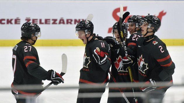 Kanaďané se radují z úvodního gólu, vlevo je střelec Barrett Hayton.