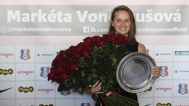 Tenistka Markéta Vondroušová pózuje v Praze fotografům na tiskové konferenci po návratu z Paříže.