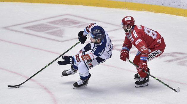 Zleva Filip Pyrochta z Vítkovic a Erik Hrňa z Třince.
