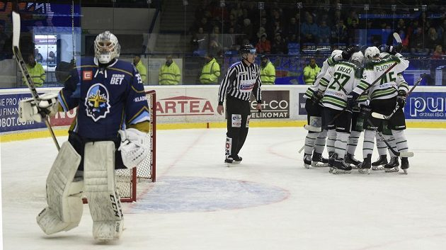 Hráči Karlových Varů se radují z gólu. Vlevo je brankář Kladna Lukáš Cikánek.
