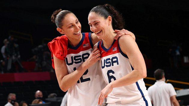 Hvězdné americké basketbalistky Sue Birdová (vpravo) a Diana Taurasiová po finálovém duelu.