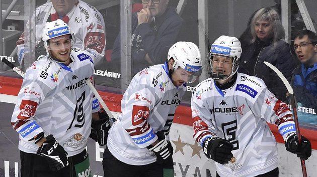 Hráči Karlových Varů (zleva) Ondřej Beránek, Jiří Průžek a Jiří Kulich se radují z gólu.
