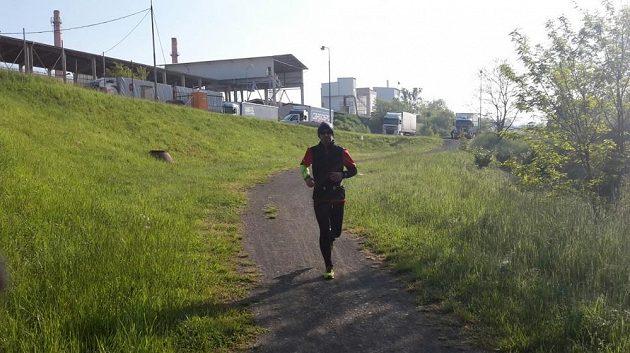 Běžel před hodinou, běží stále a za hodinu poběží zase. Tohle je opravdu diagnóza.
