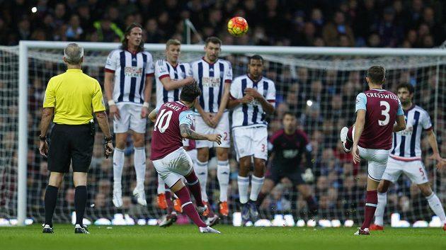Mauro Zárate dává z přímého kopu první gól West Hamu.