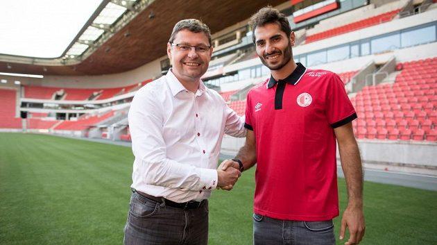 Posilou fotbalové slavie se stal Halil Altintop, na snímku pózuje s generálním ředitelem klubu z Edenu Martinem Krobem.