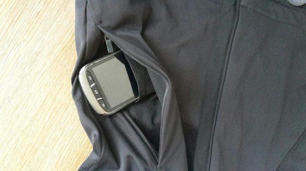 Dámská běžecká bunda Reebok Vizlocity Jacket - detail kapsy s pořadačem.