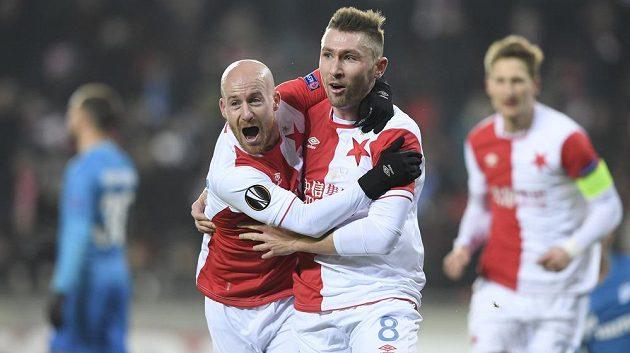 Miroslav Stoch (vlevo) a Jaromír Zmrhal se radují z úvodního gólu Slavie proti Petrohradu.