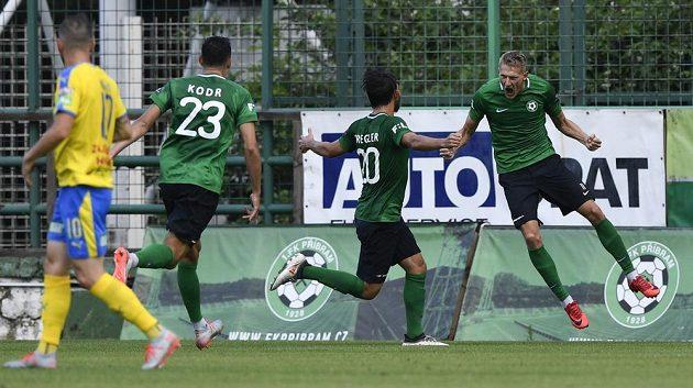 Michal Škoda z Příbrami se raduje z gólu. Zleva Pavel Moulis z Teplic a Marek Kodr a Jaroslav Tregler z Příbrami.