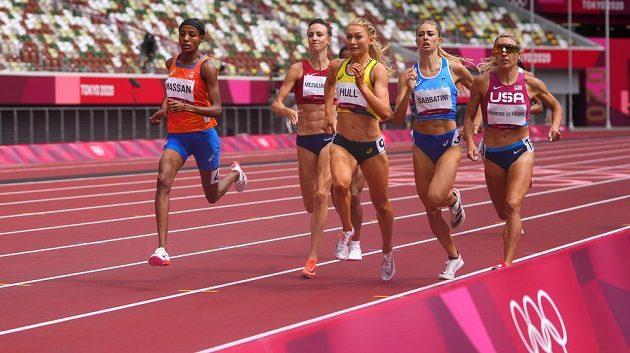 Druhý rozběh na 1500 metrů žen na OH v Tokiu, česká reprezentanka Diana Mezuliáníková běží jako druhá zleva, hned vedle největší favoritky Sifan Hassanové (úplně vlevo).