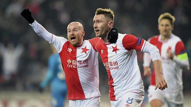 Miroslav Stoch a Jaromír Zmrhal se radují z úvodního gólu Slavie proti Petrohradu.