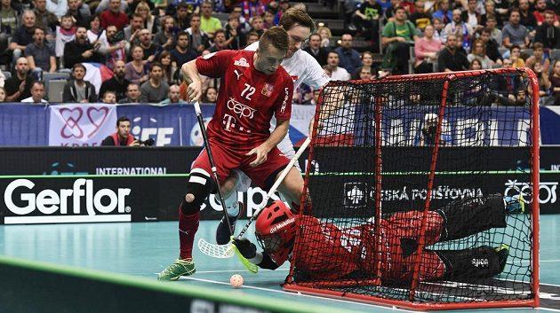 Zleva český reprezentant Adam Delong, Christoph Camenisch ze Švýcarska a švýcarský brankář Pascal Meier.