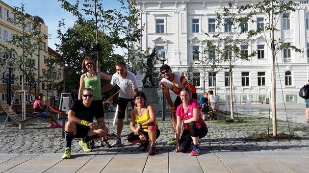 Skupina běžců na nám. T. G. Masaryka, v pozadí socha rudého osvoboditele.