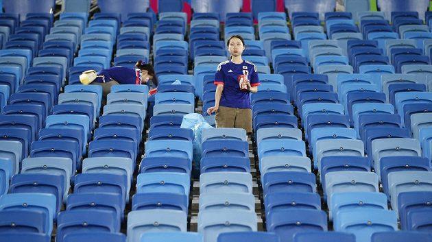 Japonské fanynky uklízí stadión v Natalu.