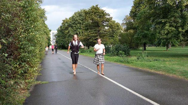 Tomáš Zahálka inspiroval i projíždějícího cyklistu.