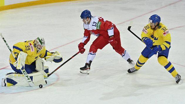Jakub Vrána (uprostřed) se snaží překonat brankáře Švédska Adama Reideborna, vpravo je Magnus Nygren.