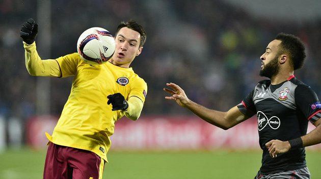 Zleva Vjačeslav Karavajev ze Sparty a Nathan Redmond ze Southamptonu.