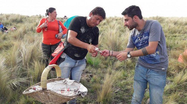Prodavač salámů na rychlostní zkoušce El Cóndor při Argentinské rallye.