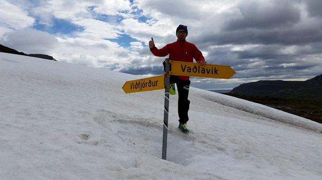 Sněhová pole v horách Východních fjordů roztávají až v době, kdy je u nás léto dávno v plném proudu.
