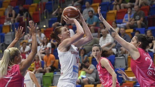 Tereza Krakovičová z ČR s míčem v obležení lotyšských basketbalistek během přípravného turnaje v Praze.