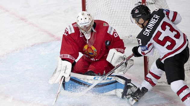 Běloruský brankář Michail Karnauchov čelí ataku Jeffa Skinnera z Kanady.
