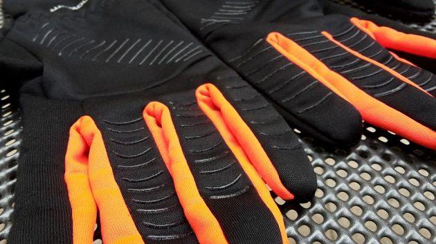 Prsty a dlaně nesou protiskluzové proužky ze silikonu.