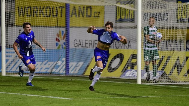 Mojmír Chytil se raduje z třetího gólu Olomouce, vlevo je jeho spoluhráč Pavel Zifčák, vpravo Jiří Bederka z Bohemians.