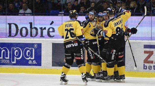 Hráči Litvínova se radují z gólu na ledě Kladna.
