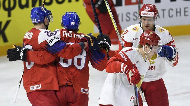 Čeští hráči (vpravo) Dmitrij Jaškin a David Pastrňák se radují z gólu proti Rusku.