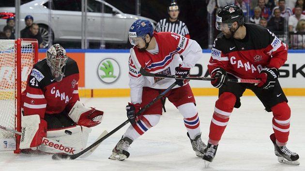 Zleva kanadský brankář Mike Smith, český útočník Jan Kovář a obránce Kanady Aaron Ekblad během semifinále mistrovství světa.