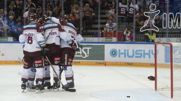 Hokejisté se radují z gólu proti Litvínovu.