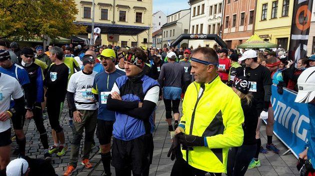 Promrzlí běžci postávají na startu jednoho z posledních maratonů sezóny.